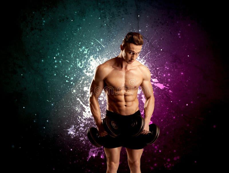 Anhebendes Gewicht des attraktiven musculous Kerls lizenzfreies stockfoto