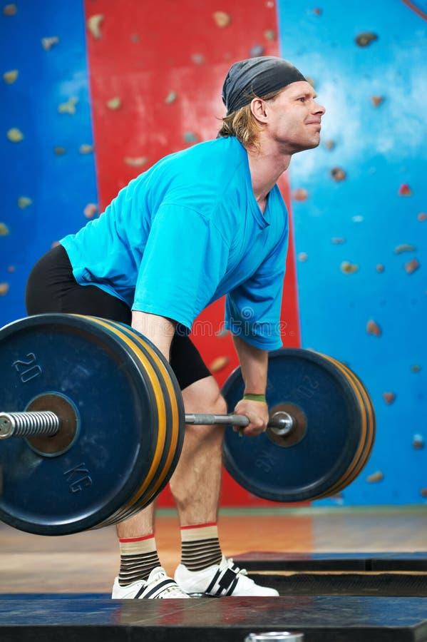 Anhebendes Gewicht des Bodybuilders an der Sportgymnastik stockfoto
