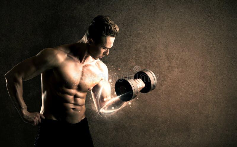 Anhebendes Gewicht des Bodybuilders mit energischen weißen Linien Konzept lizenzfreie stockbilder