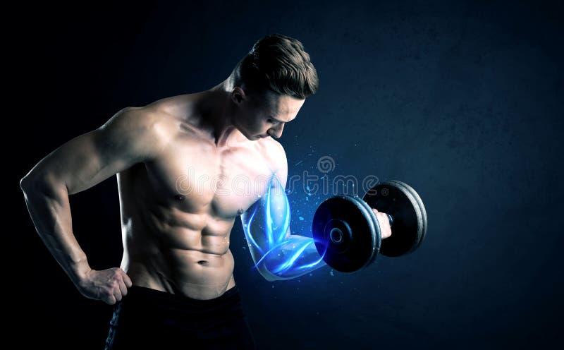 Anhebendes Gewicht des geeigneten Athleten mit blauem Muskellichtkonzept lizenzfreie stockbilder