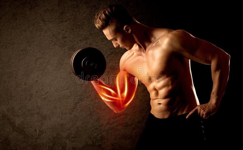 Anhebendes Gewicht des geeigneten Bodybuilders mit rotem Muskelkonzept lizenzfreies stockfoto
