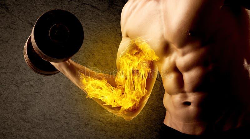 Anhebendes Gewicht des muskulösen Bodybuilders mit loderndem Bizepskonzept lizenzfreie stockfotografie