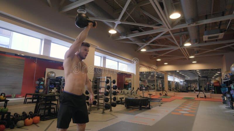 Anhebendes whileodybuilding Training des Gewichts des starken Mannes des Porträts in der Turnhallenclubnahaufnahme lizenzfreies stockbild