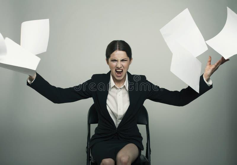 Anhry夫人优美穿戴的投掷每堆对的纸来了 图库摄影