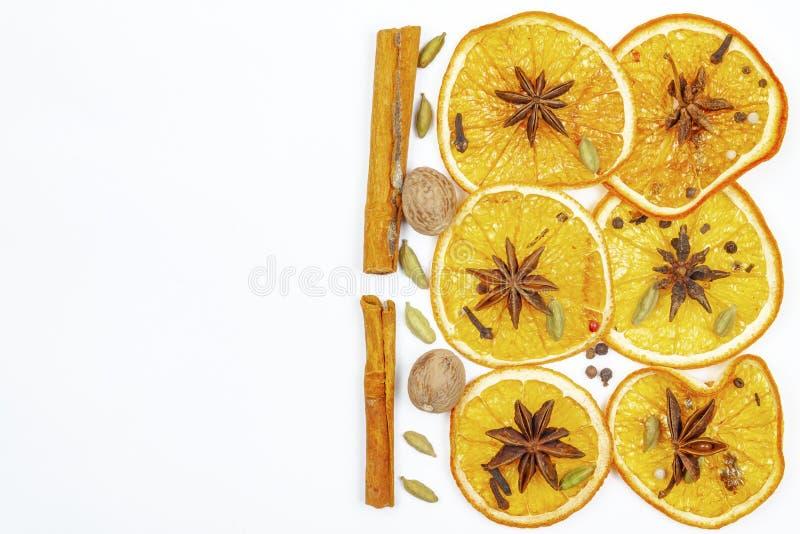 Anice stellato secco della cannella del limone su un fondo leggero immagine stock libera da diritti