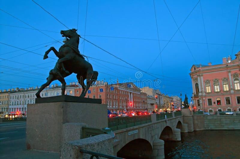 Anichkov most z rzeźbami konie, Petersburg, Rosja zdjęcie stock