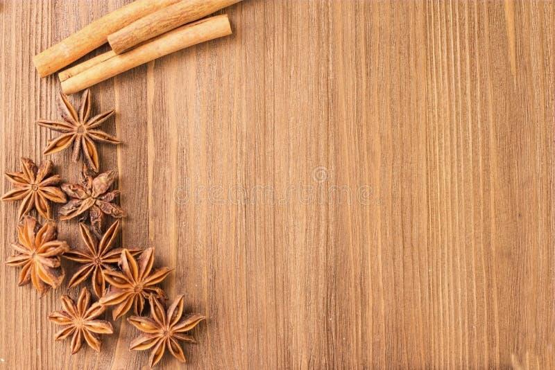Anijsplant en kaneel op een houten raad royalty-vrije stock fotografie