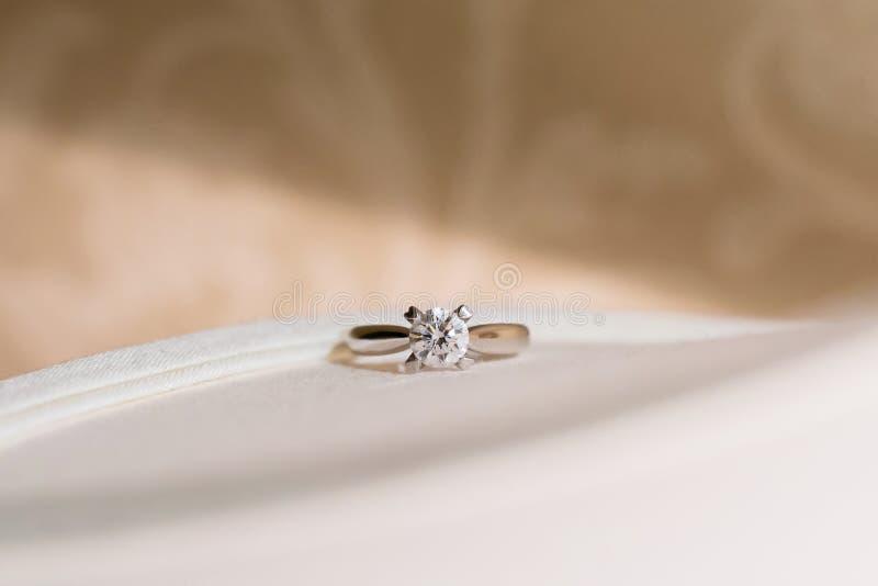 Anillo de bodas de diamante fotos de archivo