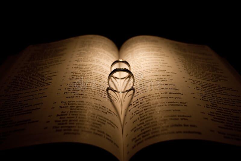 Anillo de bodas de diamante en una biblia foto de archivo libre de regalías