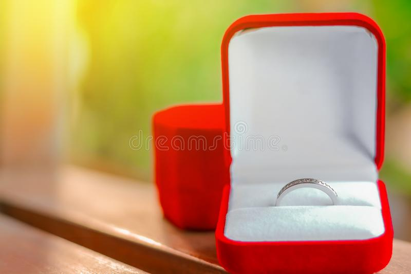 Anillo de bodas en rectángulo rojo imagenes de archivo