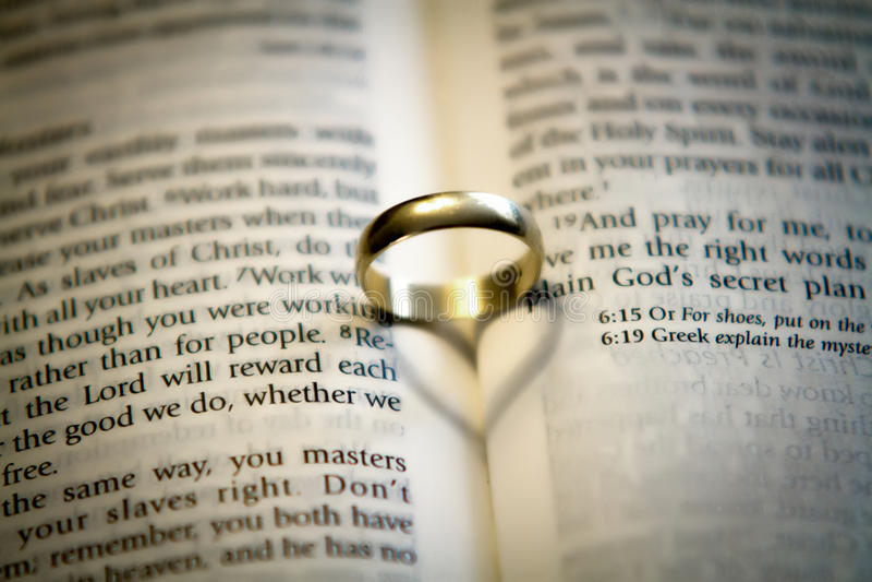 Anillo de bodas en una biblia fotografía de archivo libre de regalías