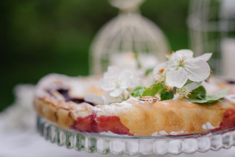 Anillo de bodas glorioso, mentira en la galleta deliciosa fotos de archivo libres de regalías