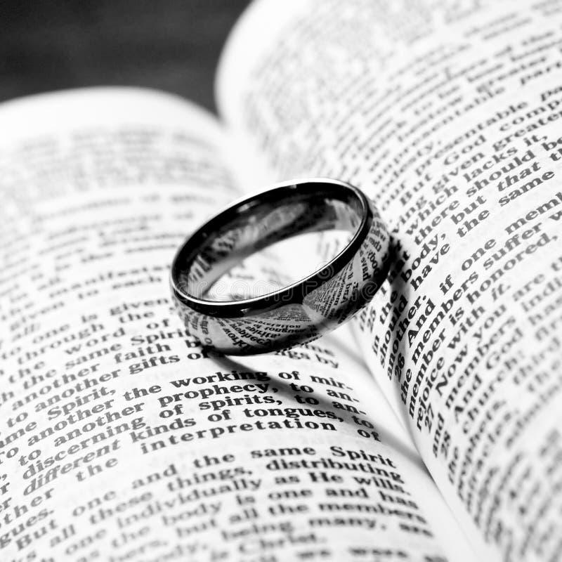 Anillo de bodas y biblia fotografía de archivo libre de regalías