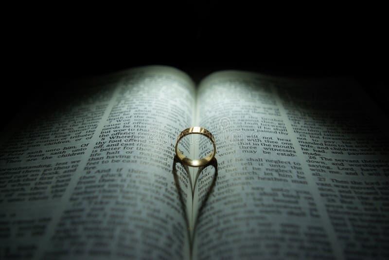Anillo de bodas y biblia fotos de archivo