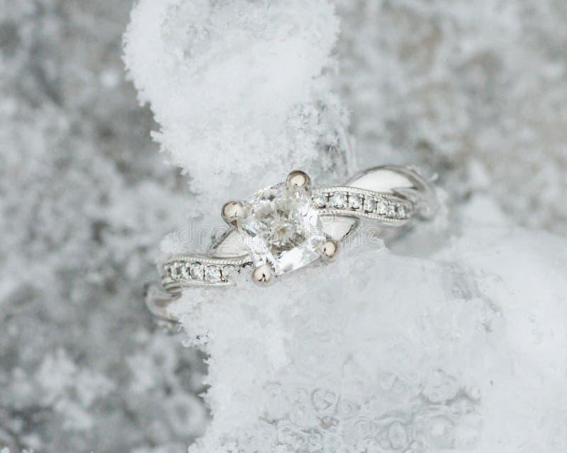 Anillo de compromiso brillante del platino en el hielo foto de archivo libre de regalías