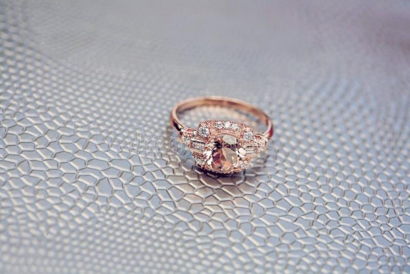 Anillo de compromiso color de rosa hermoso del oro foto de archivo