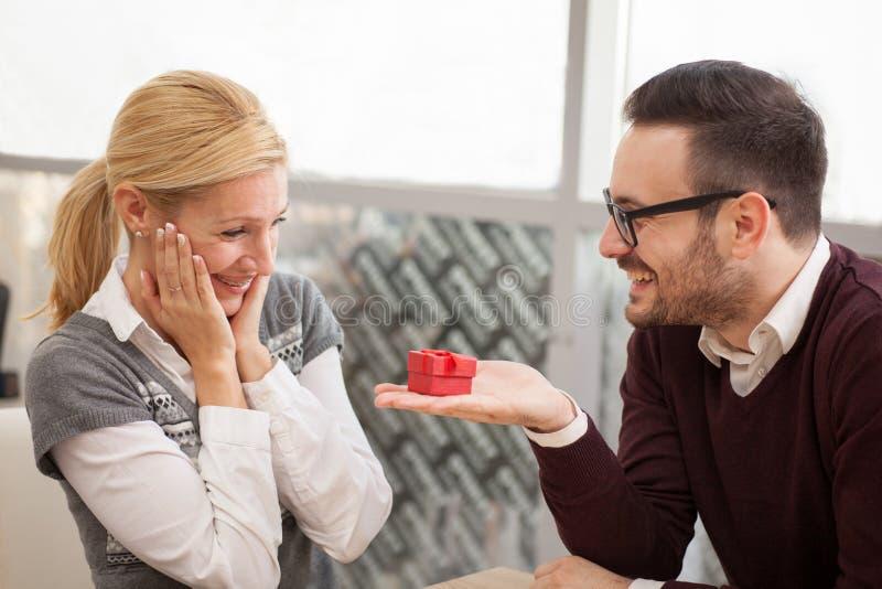 Anillo de compromiso de la oferta del hombre para una propuesta de matrimonio imágenes de archivo libres de regalías