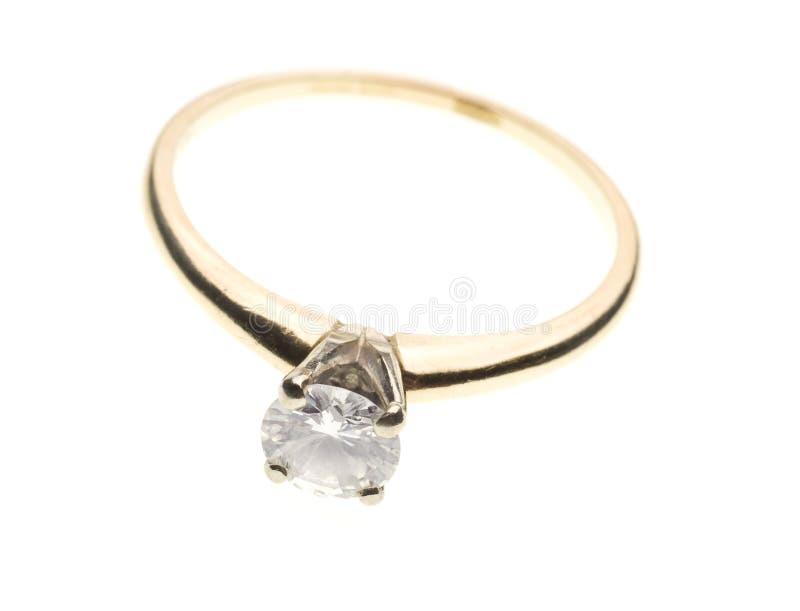 Anillo de compromiso del diamante de la vendimia aislado en blanco imagenes de archivo