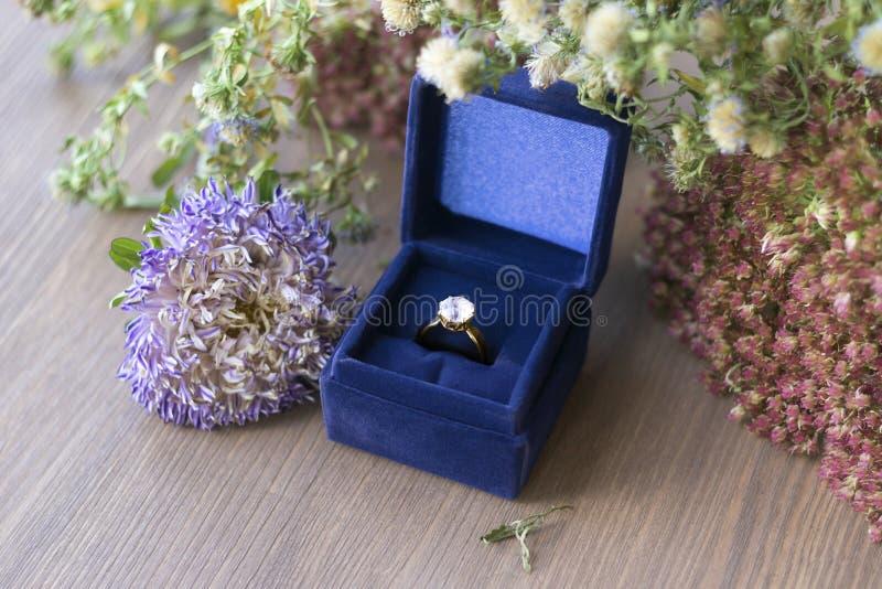 Anillo de compromiso del diamante del oro del vintage en caja azul del terciopelo imagen de archivo libre de regalías