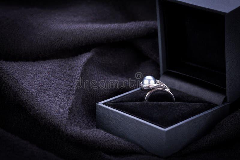 Anillo de compromiso del diamante en una caja fotografía de archivo libre de regalías
