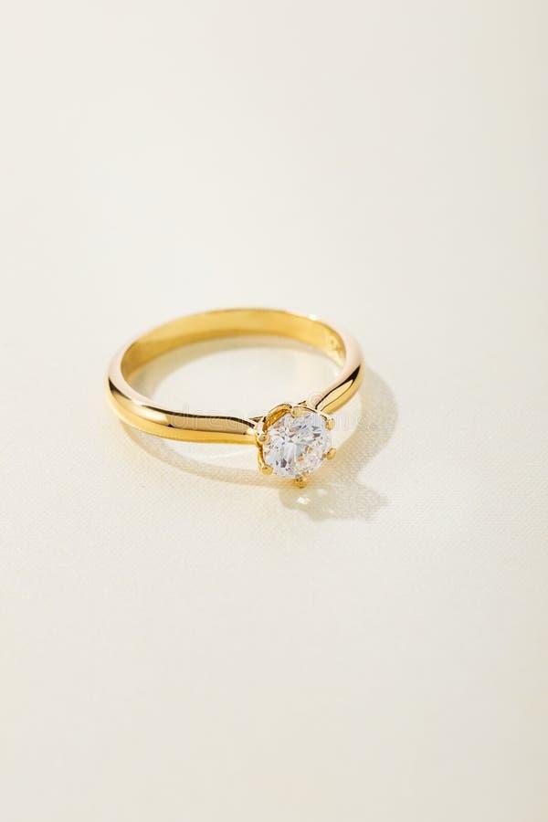 Anillo de compromiso del oro con el diamante fotos de archivo libres de regalías