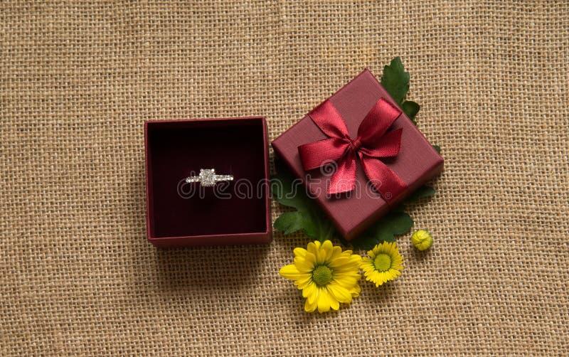 Anillo de compromiso en caja de regalo con la margarita foto de archivo libre de regalías