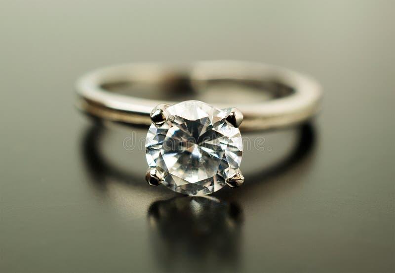 Anillo de compromiso en el oro blanco con los diamantes imágenes de archivo libres de regalías