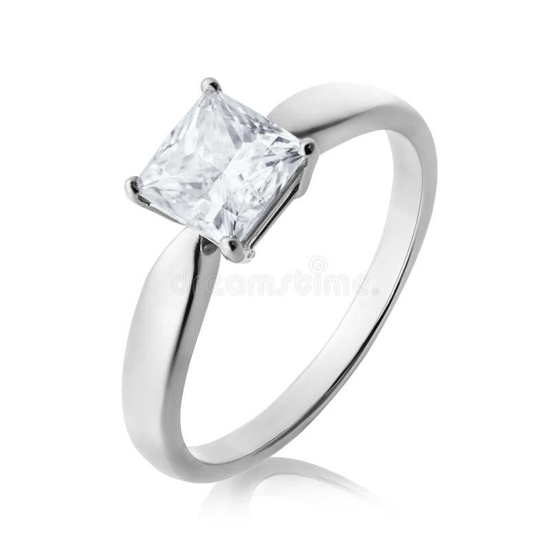 Anillo de compromiso hermoso del oro blanco con un diamante, aislado en un fondo blanco fotos de archivo libres de regalías