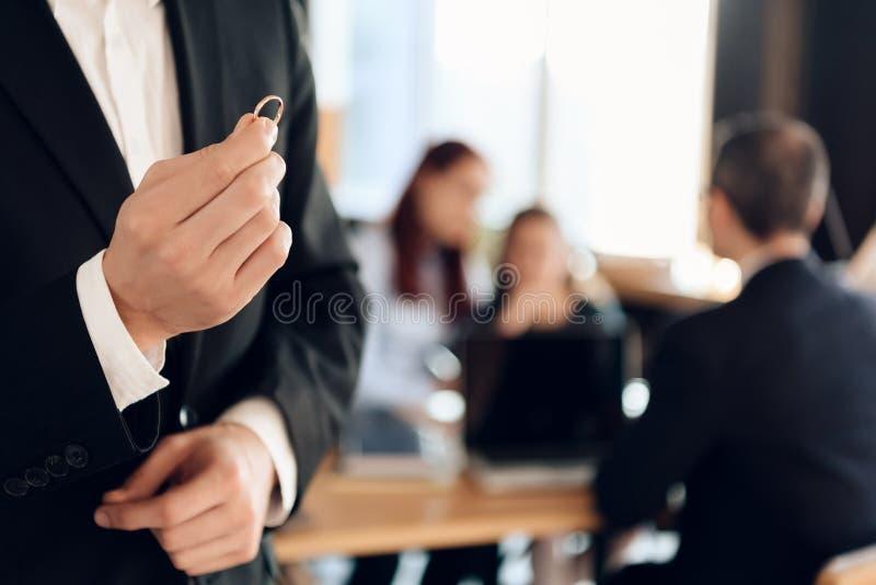 Anillo de compromiso masculino del control de las manos Concepto de divorcio de la pareja casada fotos de archivo