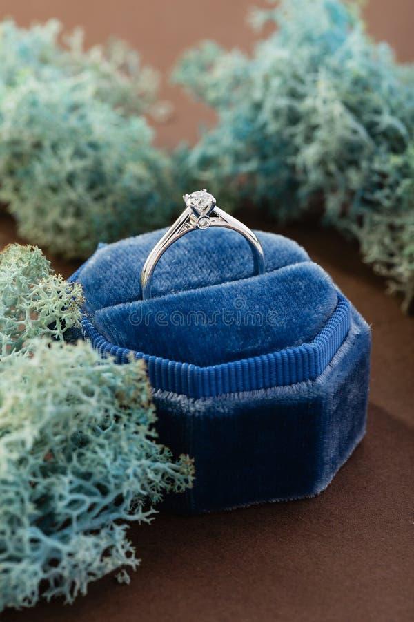 Anillo de compromiso de oro blanco con el diamante en caja del anillo del terciopelo del vintage imagen de archivo