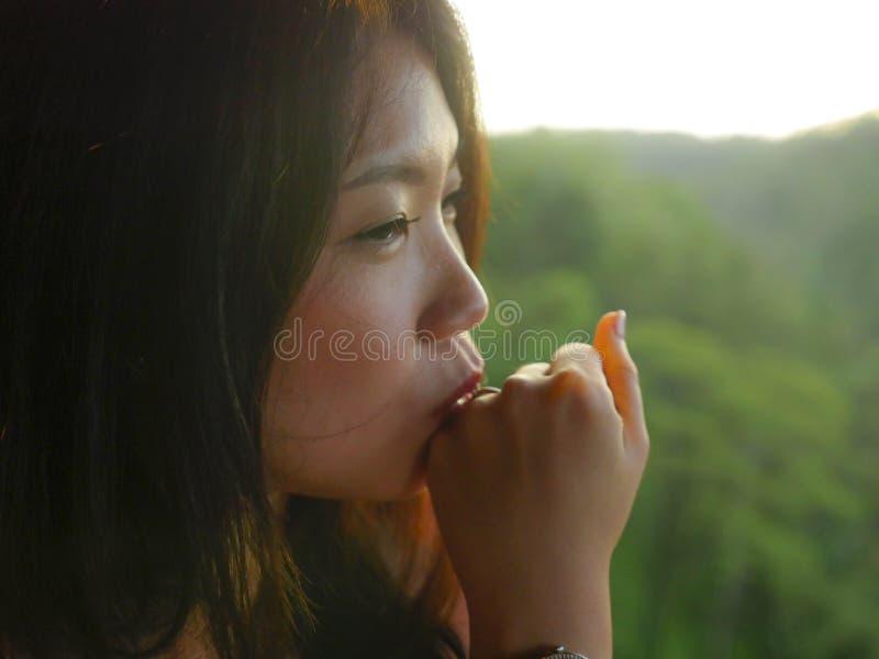 Anillo de compromiso que lleva de la mujer china asiática feliz hermosa joven que besa el diamante orgulloso después de aceptar p fotografía de archivo