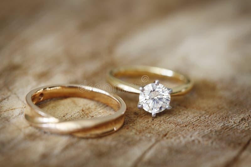 Anillo de compromiso y alianza de boda imagen de archivo libre de regalías