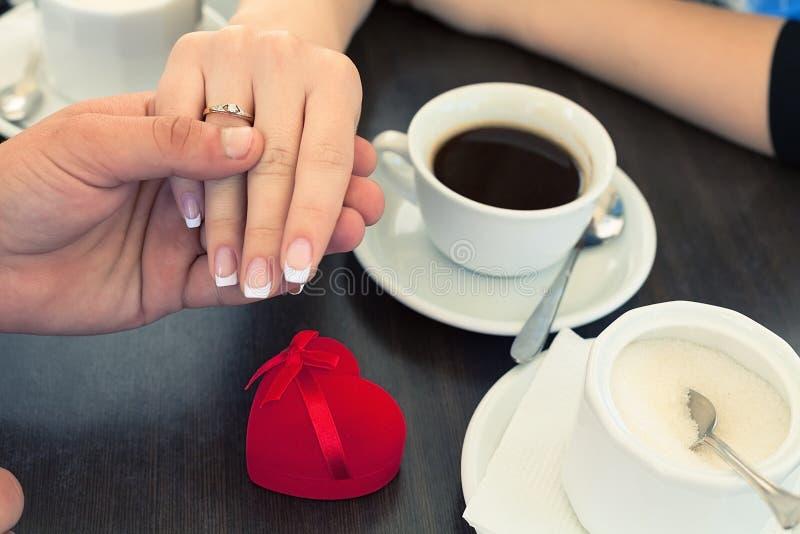 Anillo de compromiso y café fotografía de archivo