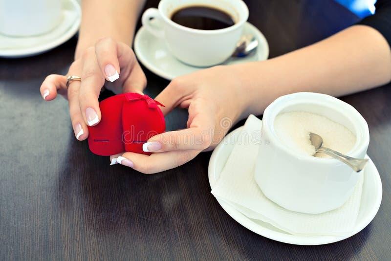 Anillo de compromiso y café fotos de archivo libres de regalías