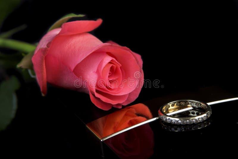 Anillo de diamante con una rosa fotos de archivo