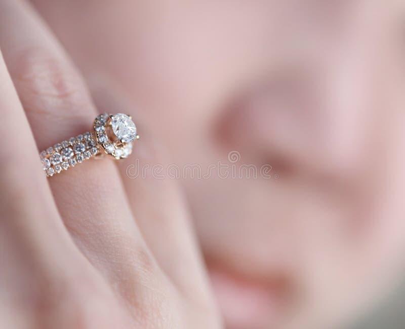 Anillo de diamante en el finger imagenes de archivo