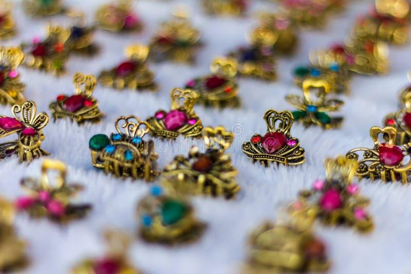 Anillo de diamante falso de cobre amarillo imágenes de archivo libres de regalías