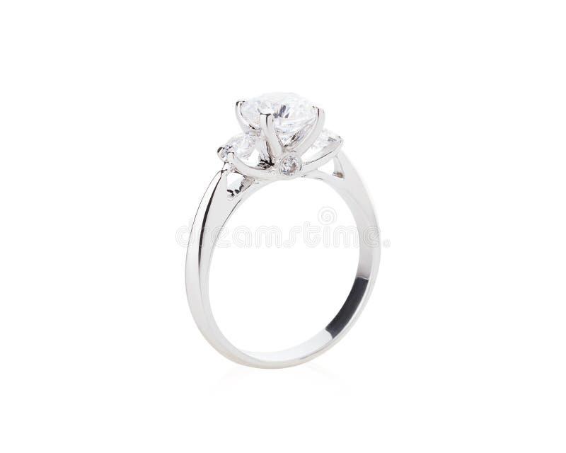 Anillo de diamante de la boda aislado en un fondo blanco foto de archivo libre de regalías