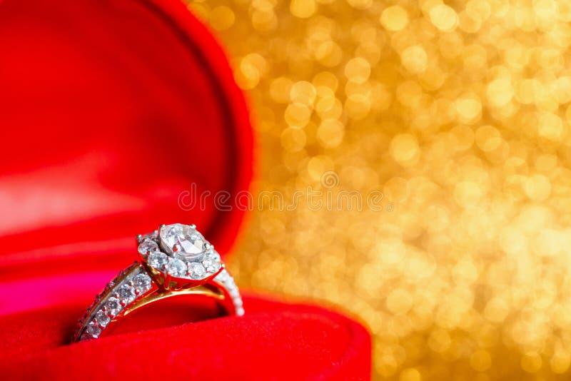 Anillo de diamante de la joyería en caja de regalo con el fondo festivo abstracto de la textura del día de fiesta de la Navidad d imagen de archivo libre de regalías