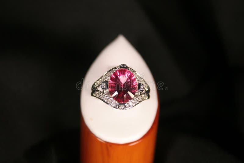 Anillo de diamante rosado grande imagenes de archivo
