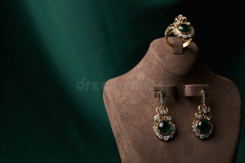 Anillo de diamante y pendientes con la esmeralda imágenes de archivo libres de regalías