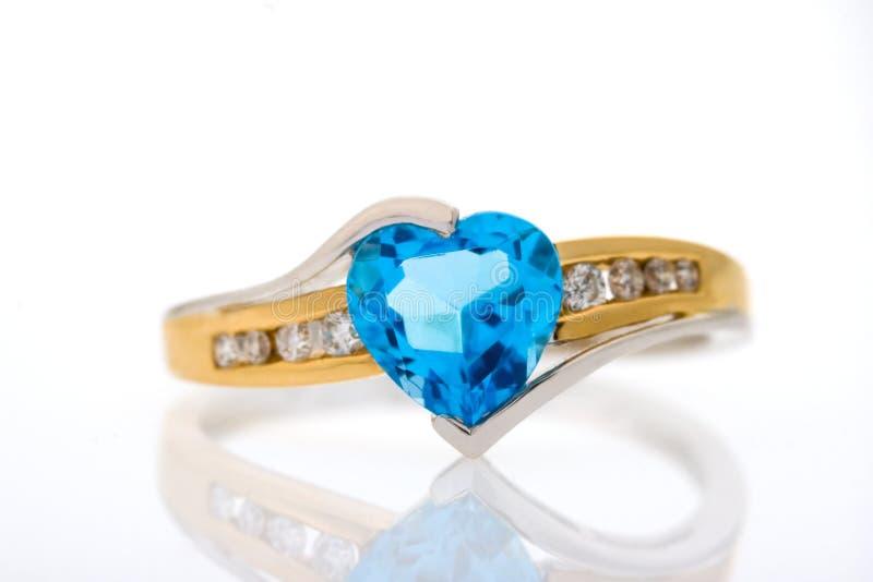 Anillo de diamantes del oro con el zafiro azul en forma de corazón fotografía de archivo libre de regalías