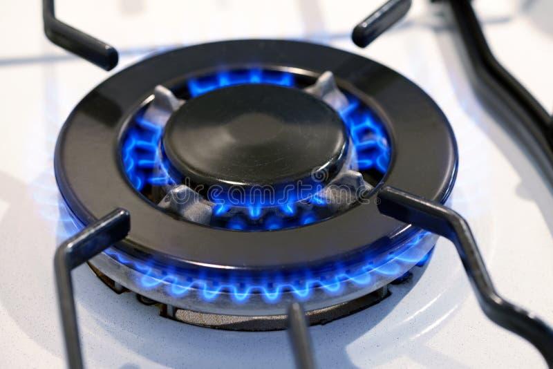 Anillo de gas ardiente en un top de la estufa imágenes de archivo libres de regalías