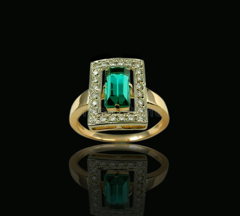Anillo de la esmeralda y de diamante imagenes de archivo