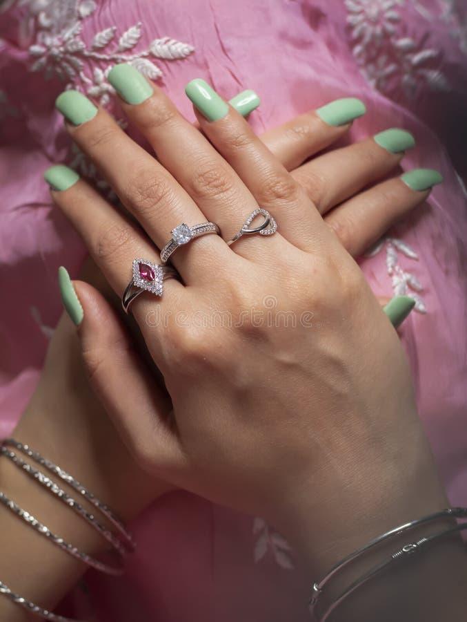 Anillo de la mujer y joyería del brazalete que llevan fotos de archivo libres de regalías