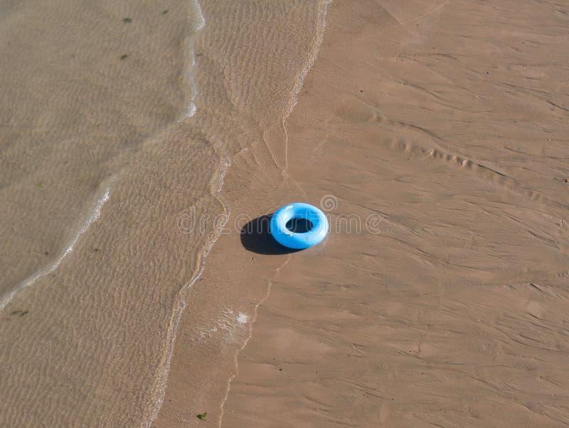 Anillo de la natación en la playa imagen de archivo libre de regalías