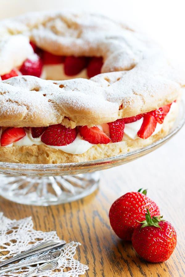 Anillo de los pasteles de los choux de la fresa imagen de archivo libre de regalías