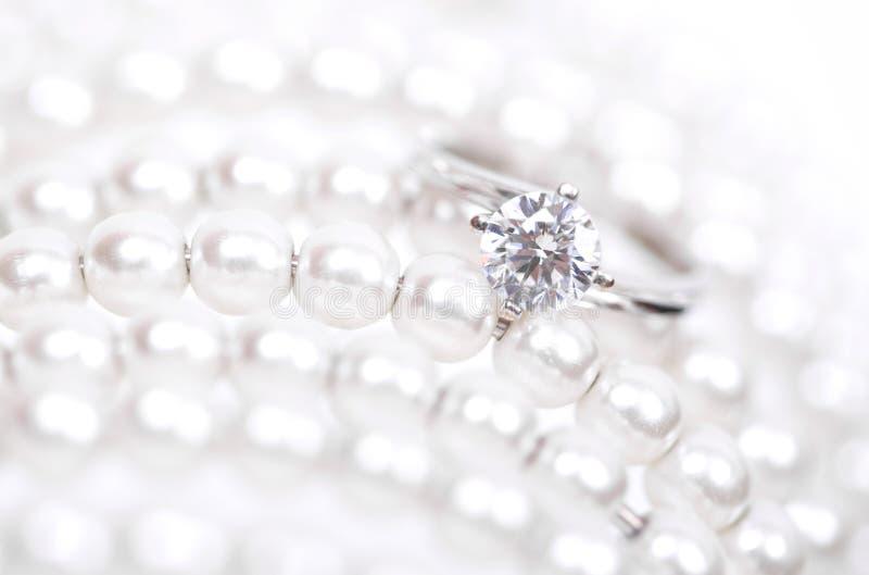 Anillo de oro blanco con los diamantes imagenes de archivo