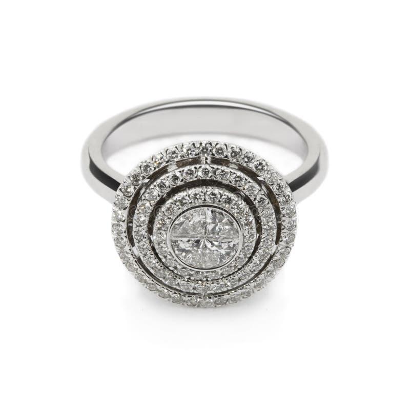 Anillo de oro blanco con los diamantes blancos para el regalo o el mA imagenes de archivo
