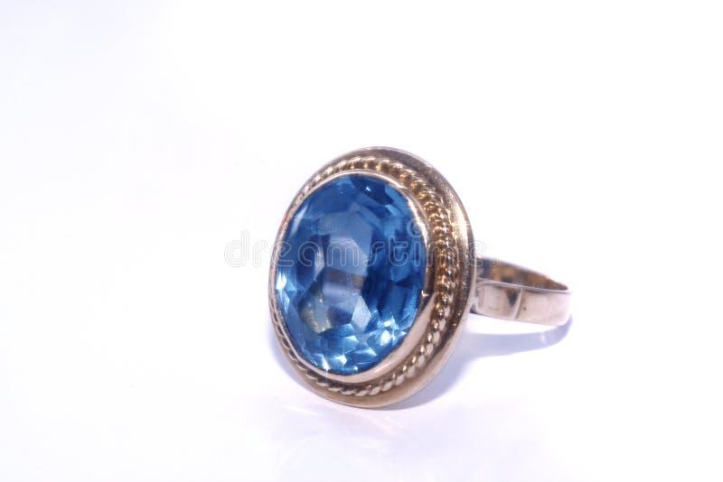 Anillo de oro con aquamarine azul foto de archivo libre de regalías